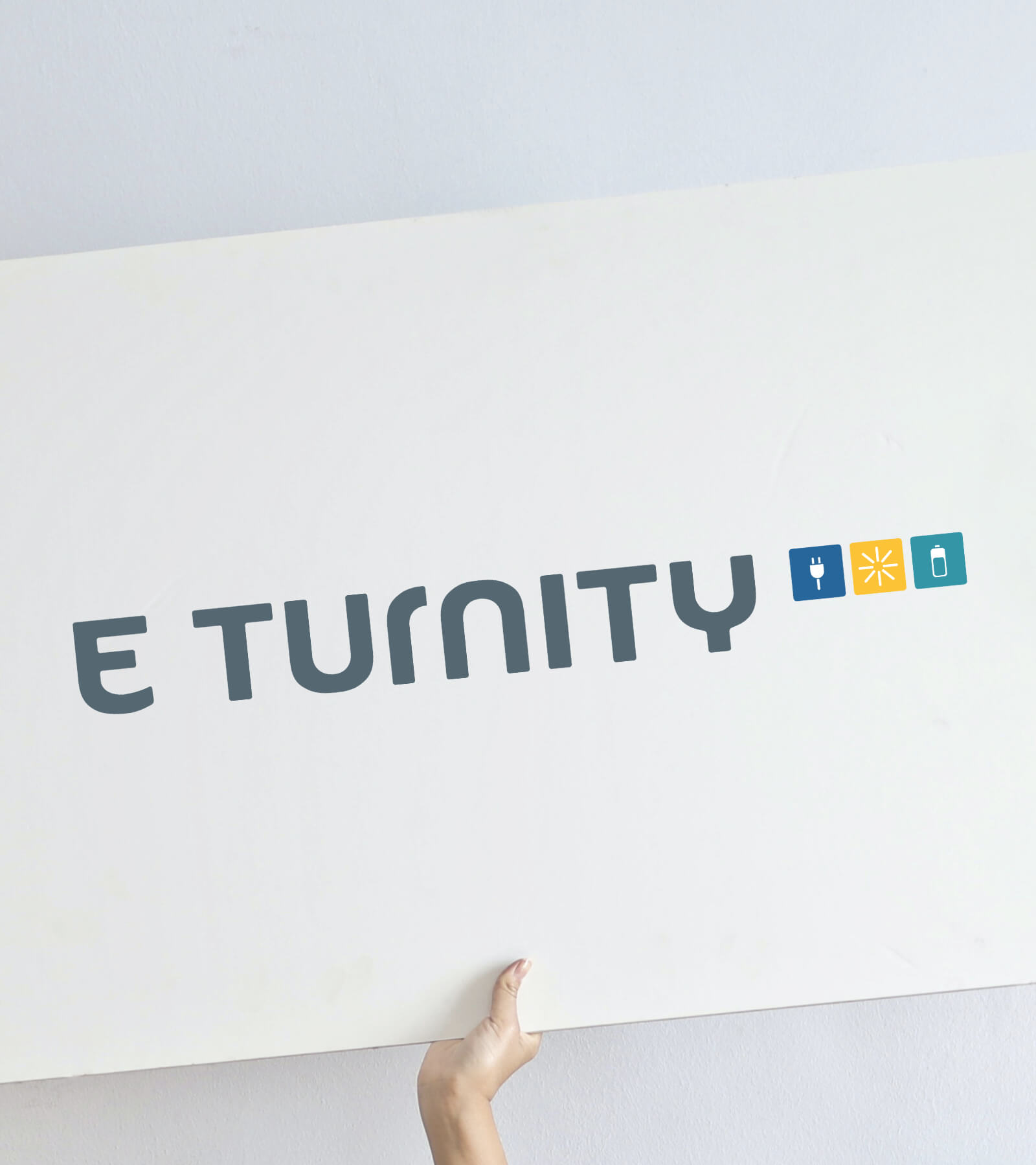 personne-tenant-une-enseigne-avec-le-logo-de-l-eturnity-ag
