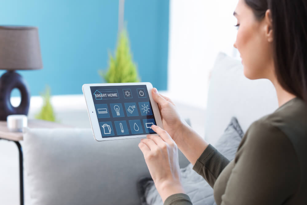 frau-kontrolliert-smart-home-optionen-mit-tablet