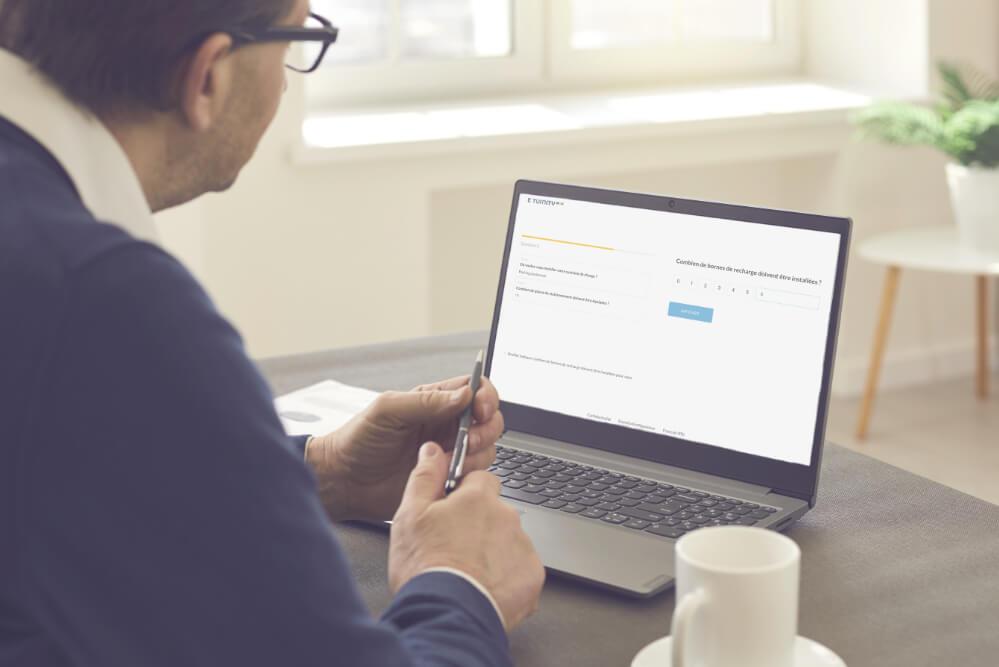 Homme travaillant sur un ordinateur portable avec le Configurateur d'e-mobilité