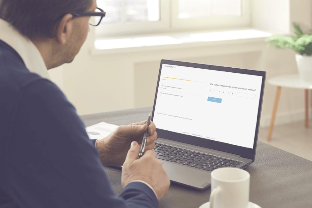 kundenberater-arbeitet-mit-emobilitaets-konfigurator