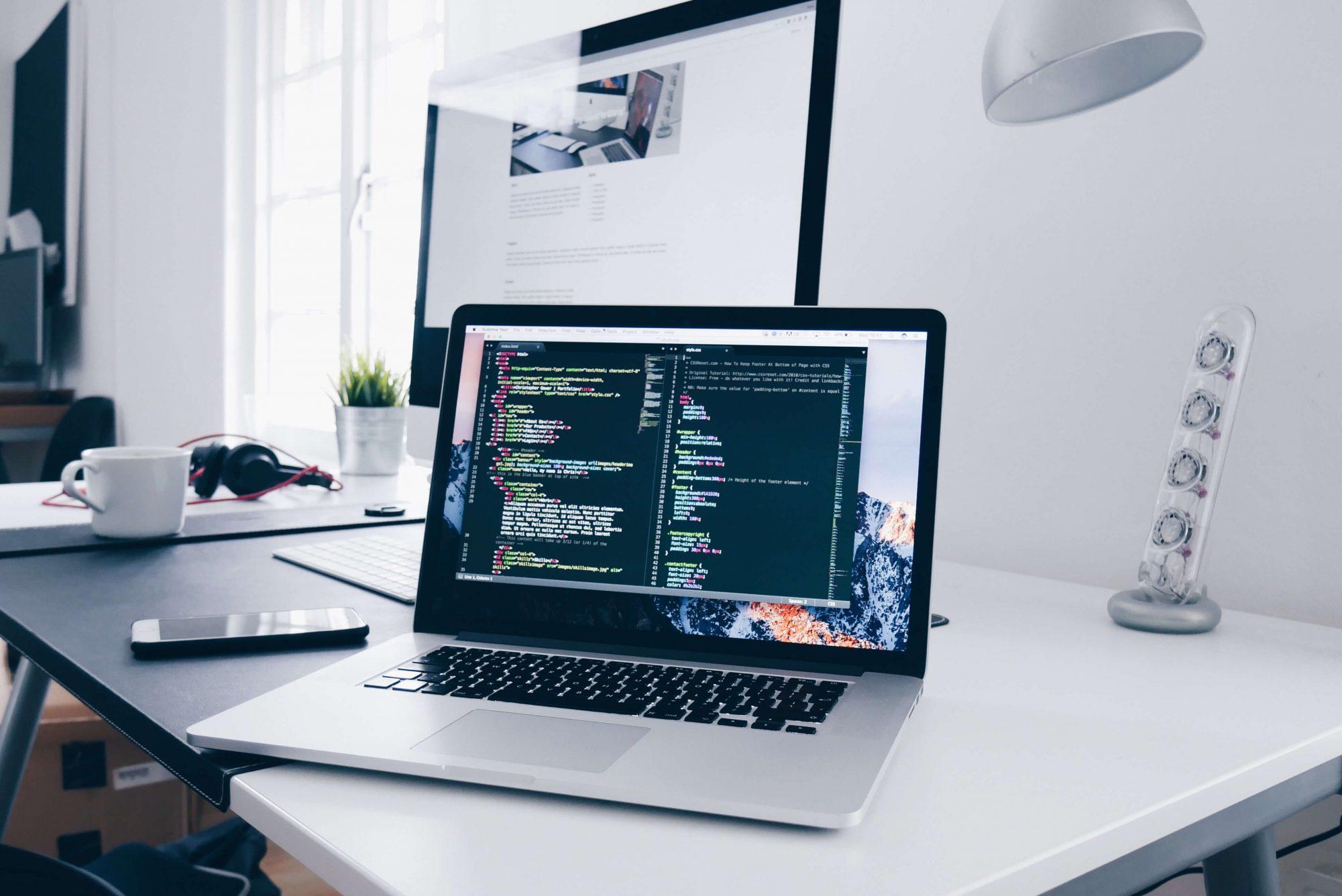 code-einens-entwicklers-auf-laptop