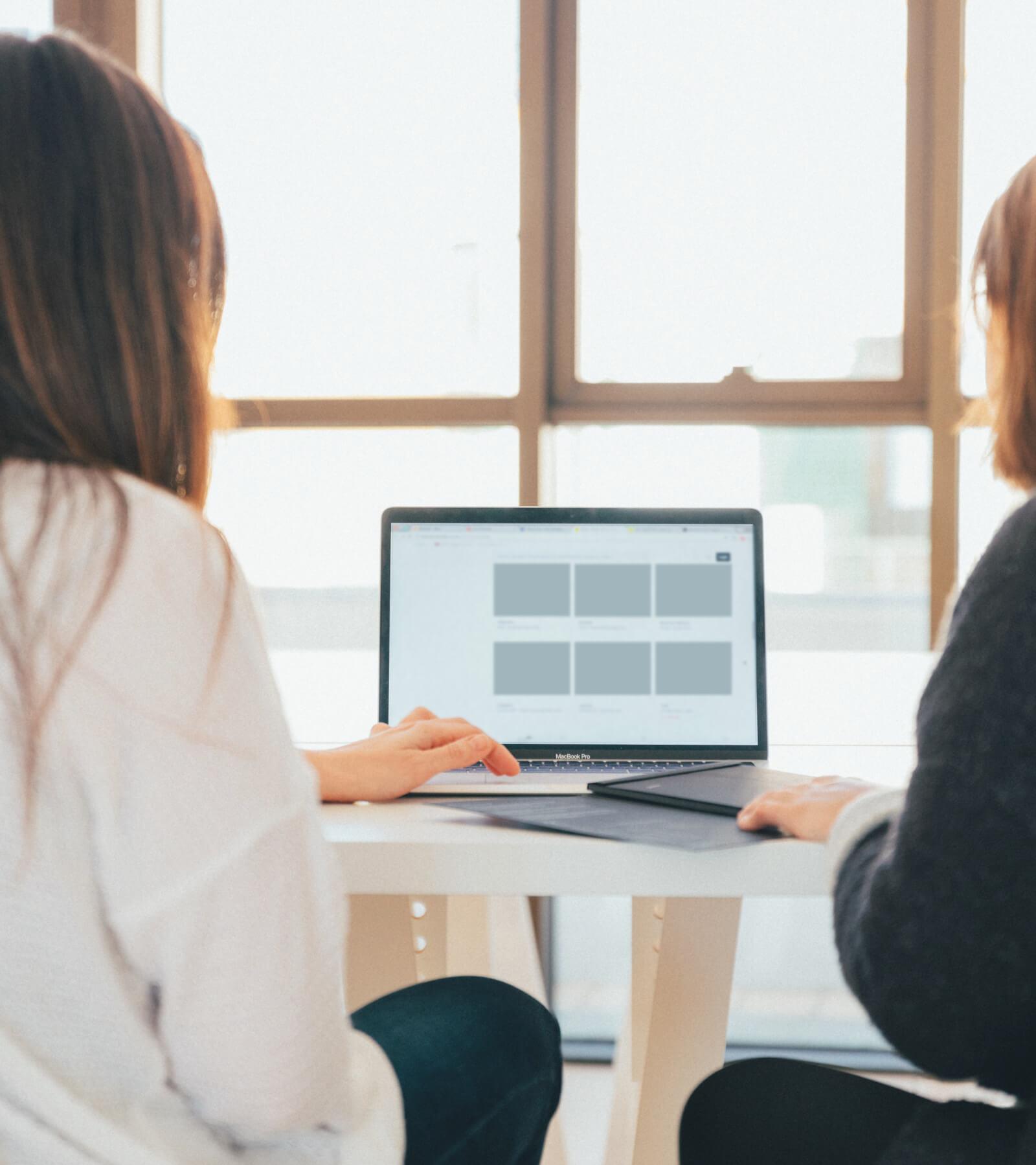 deux-femmes-integrent-des-applications-via-des-interfaces-de-bureau