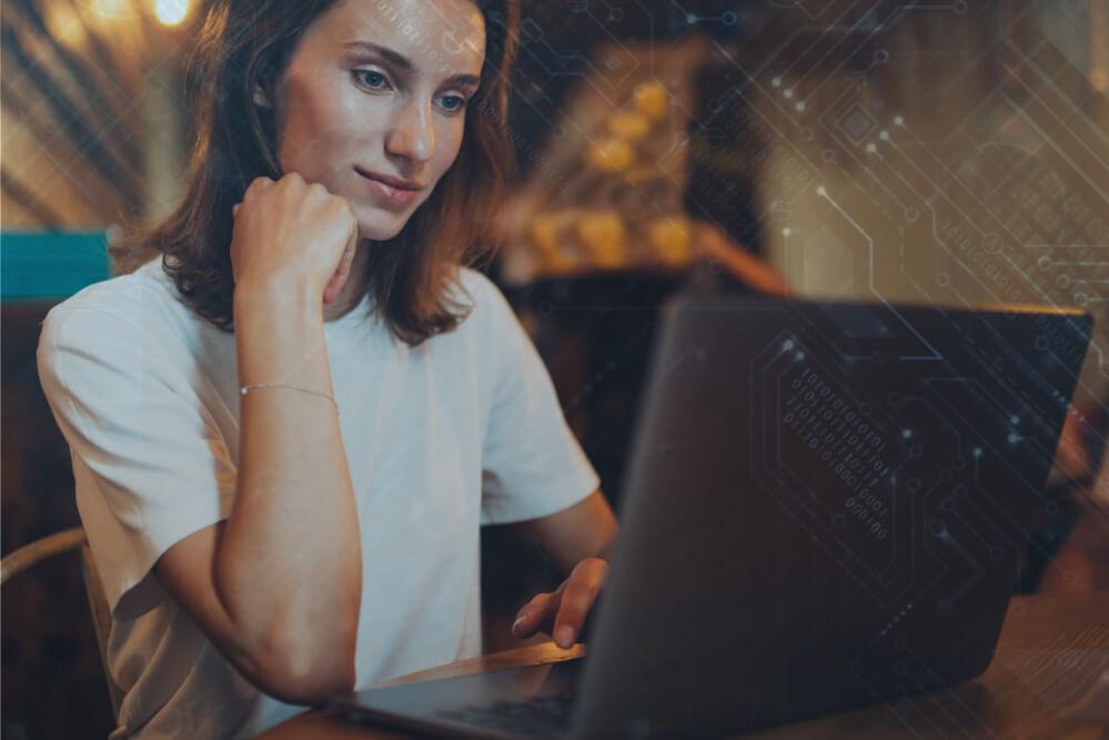 femme-manager-avant-l'ordinateur portable-utilise-un-logiciel-sur-les-interfaces