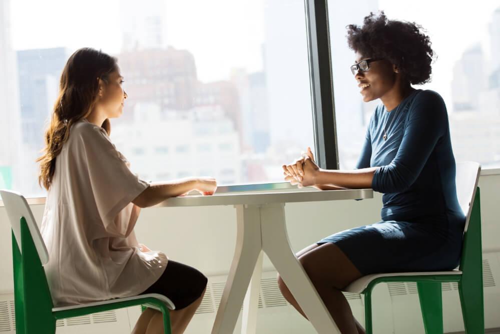 conseiller-clientèle-en-discussion