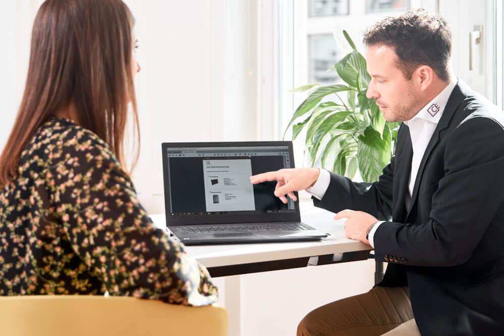 deux-personnes-consultent-le-calculateur-en-chauffage-d-eturnity