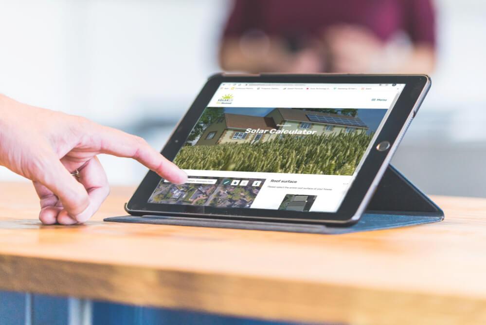 une-personne-utilise-le-calculateur-solaire solarsouthwest-sur-une-tablette